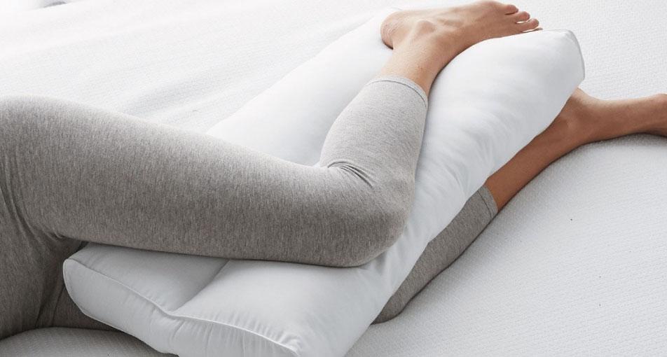 Dormire con il cuscino tra le gambe fa bene?